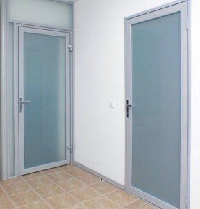 Какую дверь выбрать - алюминиевую или пластиковую?