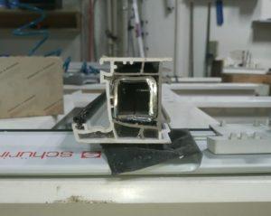 Армирование рамы металлопластиковой двери квадратным усилителем толщиной 2мм